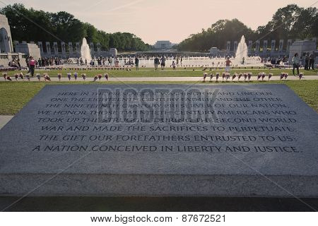 WWII memorial with Lincoln Memorial in background.