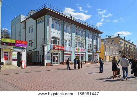 Tver, russia - may 07.2017. Trehsvyatskaya - pedestrian street in the center of the city