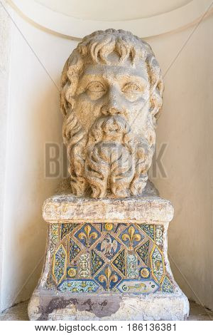 the statue of the head of Socrate