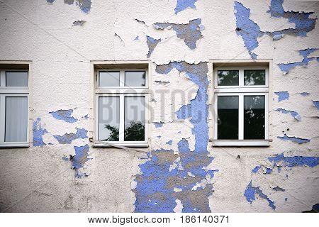 An old building in Berlin Kreuzberg with a peeling facade.