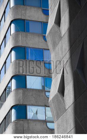 prise d'architecture contraste entre le gris et le bleu
