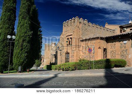 Construcciones medievales al lado de la muralla árabe de Toledo en España