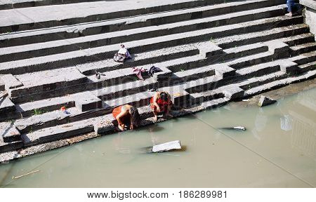 Kathmandu, Nepal-february 7, 2017: Prepairing For Hindu Ritual Of Cremation In The Pashupatinath Tem