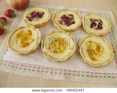 Cheese tartlet with strawberry jam and peach jam