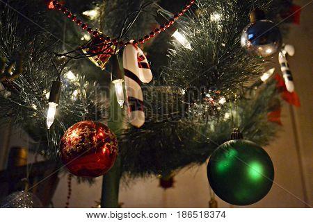 árvore de natal com enfeites coloridos e luz