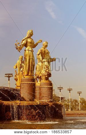 Foto fragment of the Friendship of Peoples fountain in Moscow sunny afternoon