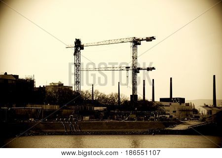 Construction work in the port of Mainz with cranes and shells.
