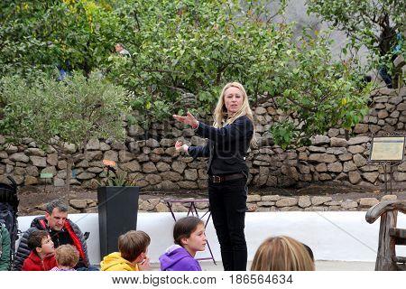 Bodelva, Cornwall, Uk - April 4 2017: Story Teller Entertaining Children And Families At The Eden Pr
