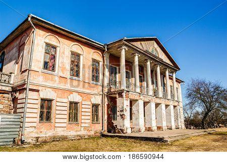 Brick manor house in the village Khalch, Vetka district