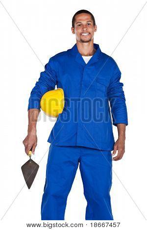 gemengd ras bouwvakker met gele hard hat en Troffel, geïsoleerd op wit