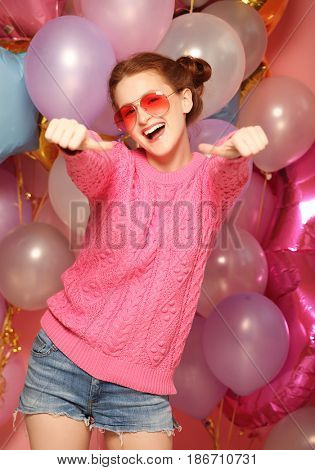 lifestyle and people concept: Portrait of happy young woman show