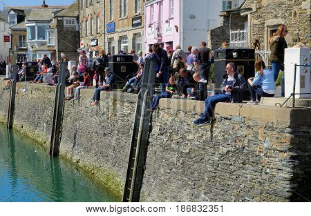 Padstow, Cornwall, Uk - April 6Th 2017: Tourists, Vacationers And Holiday Makers Fishing And Enjoyin