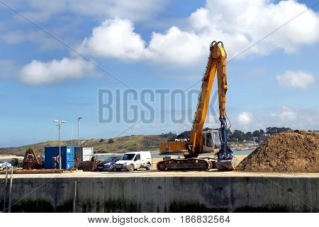 Padstow, Cornwall, Uk - April 6Th 2017: Yellow Jcb Digger Working In The Harbour In The Cornish Seas