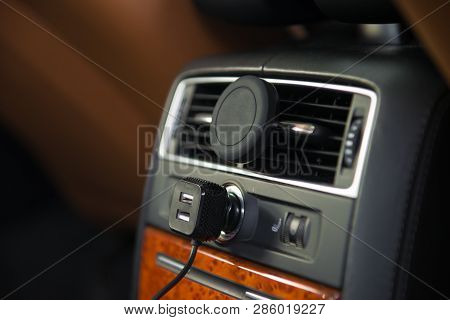 Usb Charger And Magnet A/c Mobile Phone Holder Mount In Luxury Car Rear Seat