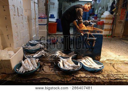 Keelung, Taiwan - November 22, 2018: Vendor Prepares Fish At Famous Kanziding Fish Market In Keelung