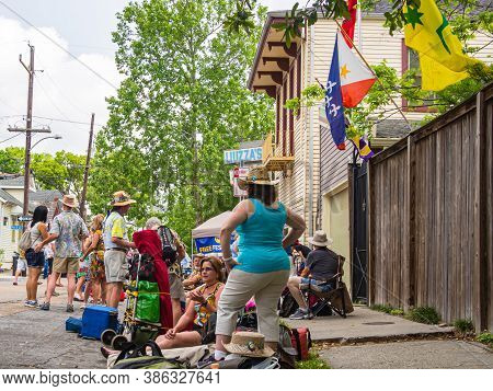 New Orleans, Louisiana/usa - 4/27/2014: People Waiting For Gates To Open To The Fairgrounds For The