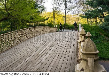New York, Usa - April 26, 2019: Empty Wooden Pedestrian Bridge With Wrought Iron Railings In The Cen