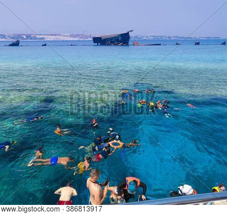 Sharm El Sheikh, Egypt - September 10, 2020: A Group Of Tourists Swims In The Red Sea Near Pleasure