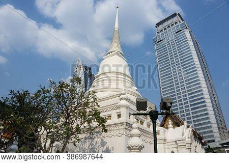 Bangkok, Thailand, February 11, 2020: Wat Pathum Wanaram Temple Is Located Between The Two Shopping