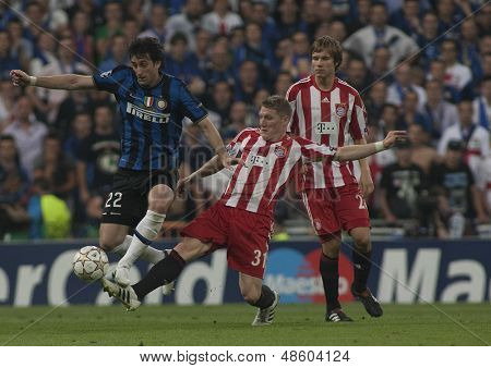 MADRID, SPAIN. 22/05/2010. Milan's forward Diego Milito is fouled by Munich's midfielder Bastian Schweinsteiger  during the  Champions League final played in The Santiago Bernabeu Stadium, Madrid.