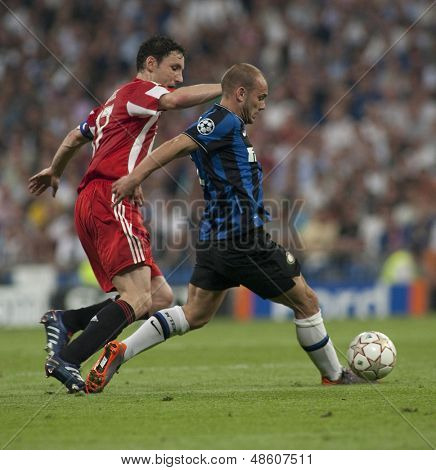 MADRID, SPAIN. 22/05/2010. Munich's midfielder Mark van Bommel and Milan's midfielder Wesley Sneijder in action during the  Champions League final. played in The Santiago Bernabeu Stadium, Madrid.