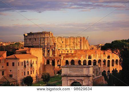 Maravillosas vistas del Coliseo de Roma al atardecer