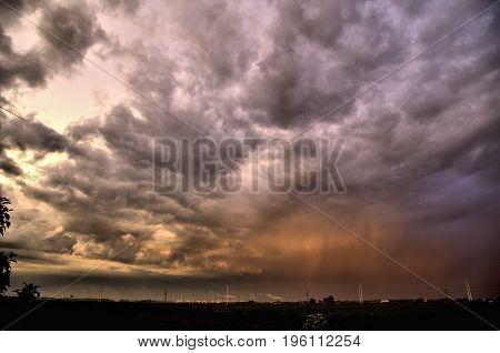 Prachtige lucht tijdens het onweer en regen.