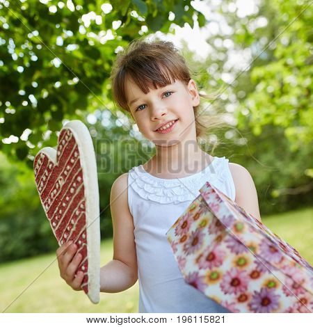 Girl comes with birthday present to birthday party