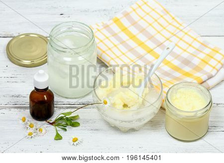 Making body scrub for clear soft skin. Made from granulated sugar bamboo butter coconut oil decorated with daisy
