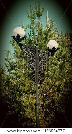 Одинокий фонарь в летнем парке. Место для свидания. Стальной фонарь.