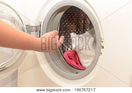 Washing dirty clothes in an automatic washing machine