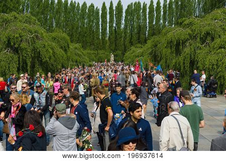 BERLIN - MAY 09, 2015: Alley to the sculpture Motherland and numerous visitors.