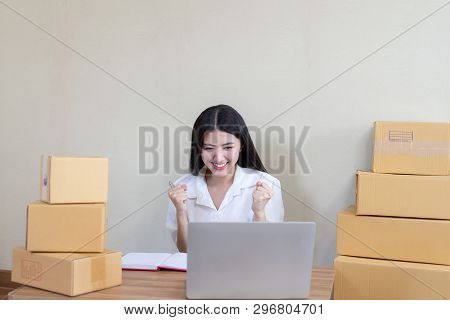 Beautiful Asian Business Young Woman Fell Happy After Receiving The Email Ordering Product,startup S