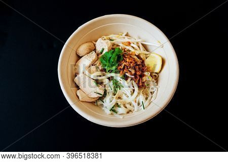 Delicious homemade Vietnamese soup Pho cooked with rice noodles, coriander leaves, soy sprouts, onions and chicken pieces for a complete and healthy meal