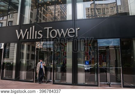 Chicago, Il, Usa June 10 2011: Willis Tower Entrance In Downtown Chicago, Illinois With A Well-dress