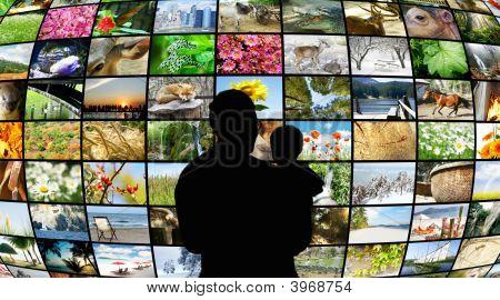 Padre e figlio guardando gli schermi Tv che mostrano la bellezza nella natura