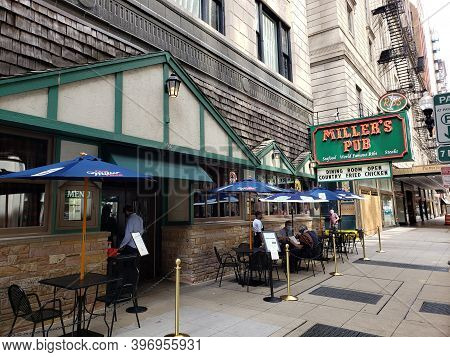 Chicago, Il July 31, 2020, Miller\'s Pub Restaurant Exterior And Sign In Chicago Downtown Business D