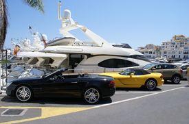 Coches de lujo en el aparcamiento del Yacht Club de Marbella, España