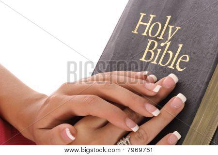 女把手放在圣经上