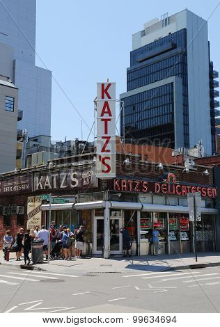 Long line in the front of the historical Katz's Delicatessen