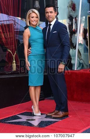 LOS ANGELES - OCT 12:  Kelly Ripa & Mark Consuelos arrives to the Walk of Fame honors Kelly Ripa on October 12, 2015 in Hollywood, CA.