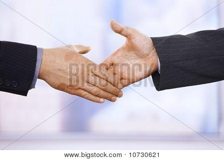 Apretón de manos en primer plano
