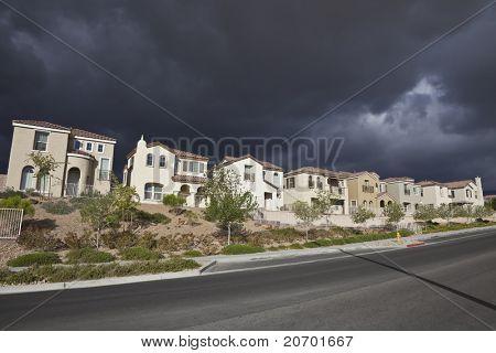 Gewitter nähert sich eine neue Zeile s Wohnungen in einem southern Nevada-Wüste-Community.