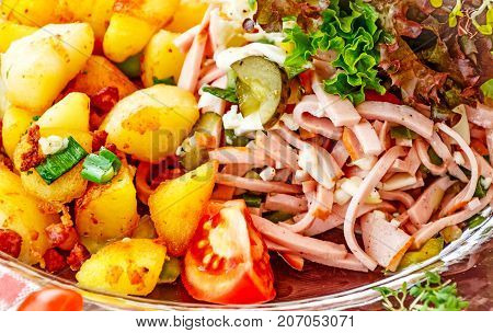 The Schweizer Wurstsalat with fried potatoes (Swiss Wurstsalat) is a traditional snack in southern Germany, Alsace, Switzerland and Austria, where in Austria it is called Saure Wurst.