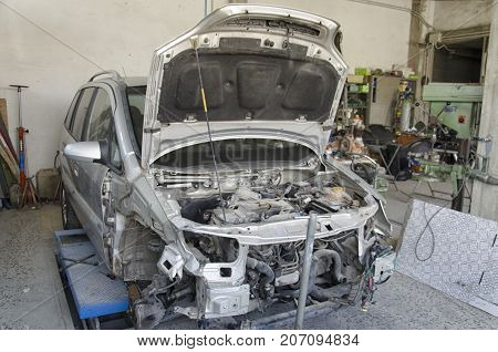 View of the deformed chassis of a incidented car