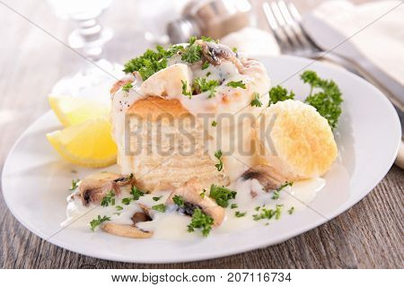 baked puff pastry with chicken,mushroom and cream