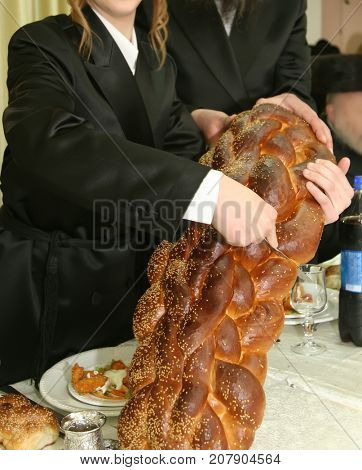 ceremony of cutting a hala at a bar mitzvah celebration