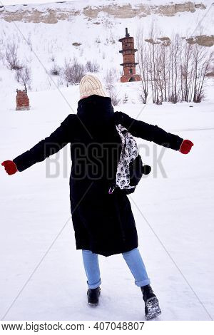 A Tourist Girl Has Found A Tourist Attraction And Is Happy. Winter Hike