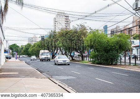 Ribeirão Preto - Sp, Brazil - December 07, 2020: Traffic On A Ordinary Day At The Avenida Independên