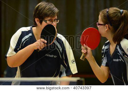 KAPOSVAR, Hongrie - 18 novembre : Laura Magyarcsik (R) en action lors d'un Championnat National Hongrois